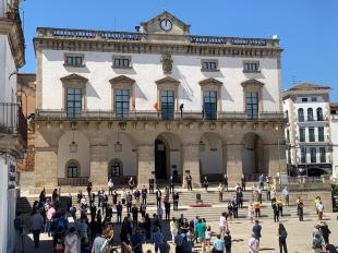 El Ayuntamiento de Cáceres guarda un minuto de silencio en recuerdo de todas las personas fallecidas