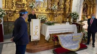 Rotary Cáceres dona a la Virgen de la Montaña un manto con los colores azul y amarillo