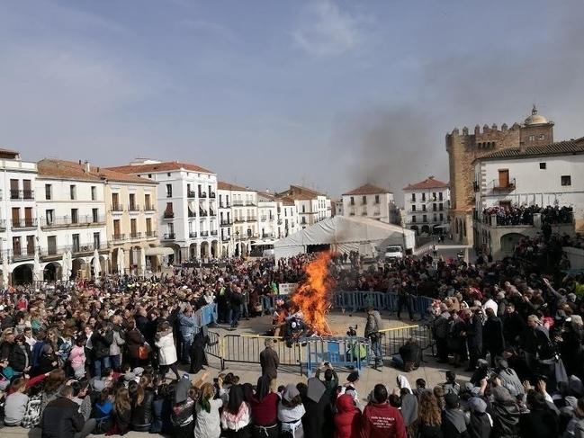 Cientos de cacereños asisten en Cáceres a la quema del 'Pelele' con la que comienza el Carnaval