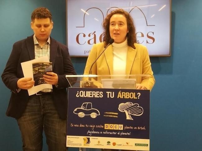La campaña 'Tu coche por un árbol' espera plantar 185 especies en la zona verde del barrio El Junquillo en Cáceres