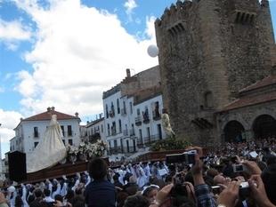 El encuentro del Cristo Resucitado y la Virgen de la Alegría pone punto y final a las procesiones de Cáceres