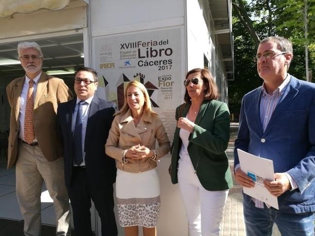 La XVIII Feria del libro de Cáceres abre sus casetas en el Paseo de Cánovas durante diez días