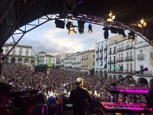 Womad Cáceres arranca con más de 30.000 personas en los conciertos de la ciudad monumental durante el viernes