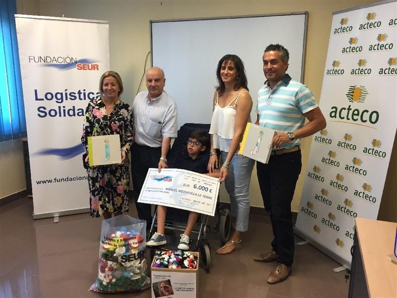 Un niño cacereño recibe 6.000 euros, gracias a la recogida de 30 toneladas de tapones, para costear un salva escaleras