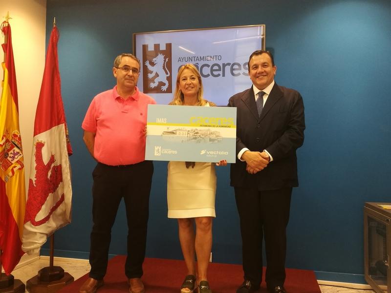 El ayuntamiento cacereño firma un convenio con la empresa de transporte urbano para ayudar a las personas