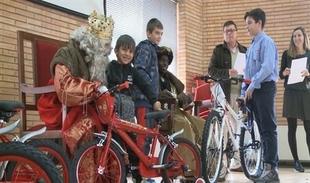 La Asociación Reyes Magos de Cáceres regala bicicletas a niños