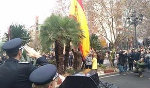 Cáceres ya luce una gran bandera nacional en la avenida de España como símbolo de unidad