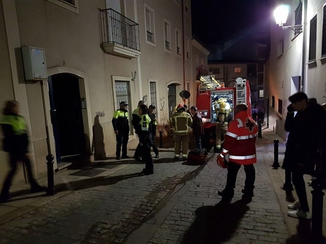 Cinco intoxicados por inhalación de humo en el incendio de una vivienda en Cáceres