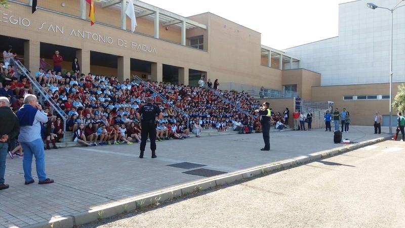 La Unidad Canina de la Policía Local de Cáceres realiza una exhibición para prevenir el consumo de drogas en colegios