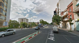 Una mujer herida leve en un accidente de tráfico en la Avda. Hernán Cortés al colisionar un coche con una moto