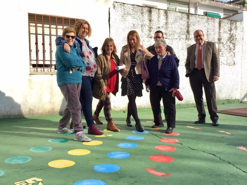 La alcaldesa de Cáceres visita el nuevo parque infantil del barrio de las 300