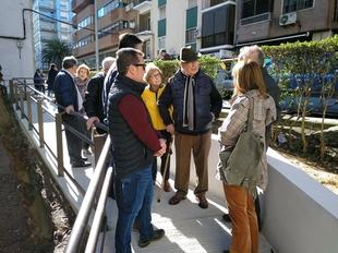 La alcaldesa de Cáceres visita las obras de accesibilidad del barrio La Madrila