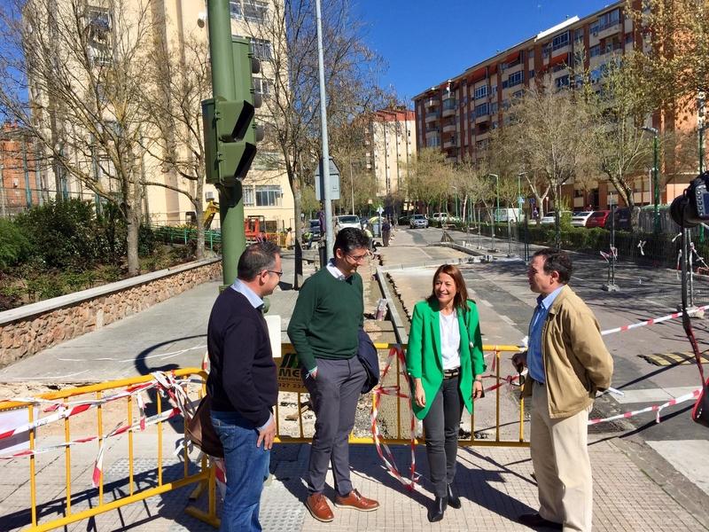 La alcaldesa visita las obras de acondicionamiento y accesibilidad en la barriada de Moctezuma