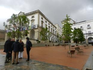 La alcaldesa de Cáceres visita la Plaza de Verano de la Ciudad Monumental