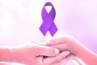 El Ayuntamiento de Cáceres se ilumina de color morado para conmemorar el Día Mundial de la Fibromialgia