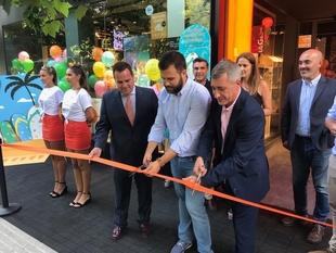 El alcalde Luis Salaya inaugura la nueva Smart Store de Orange en Cáceres