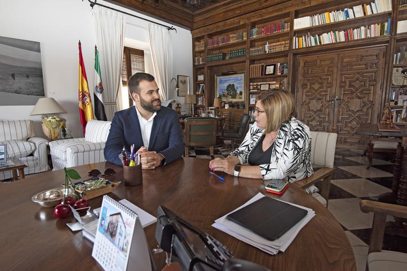 """Charo Cordero y Luis Salaya se reúnen para poner las bases de una relación de """"cooperación y solvente"""" entre ambas instituciones"""