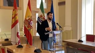 Cáceres suspende los actos en la vía pública, cierra los parques y precinta los juegos infantiles