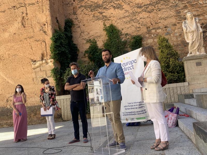 El alcalde de Cáceres, Luis Salaya, reivindica el papel de la Unión Europea en la entrega de premios #DibujatuEuropa de Europe Direct