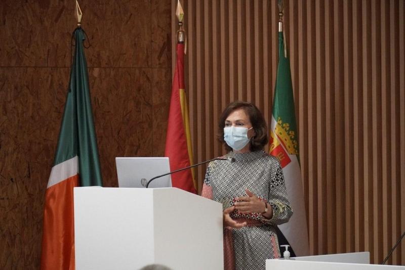 La vicepresidenta primera del Gobierno de España, Carmen Calvo, asiste a la exposición del proyecto de implantación de la Red 5G en Cáceres