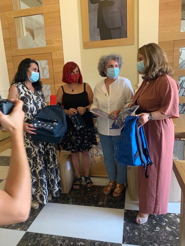 El Ayuntamiento de Cáceres recibe material escolar para las familias cacereñas en riesgo de exclusión social