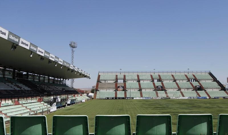 La Junta de Gobierno local adjudica el Servicio de Mantenimiento del Césped del Estadio Romano