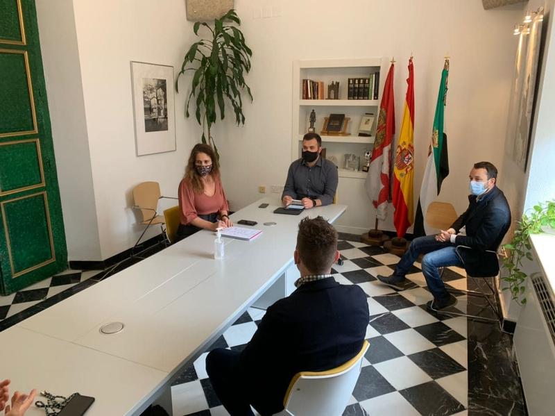 Salaya afirma que Cáceres tiene motivos para creer en su crecimiento y destaca que los jóvenes empresarios serán fundamentales en ello