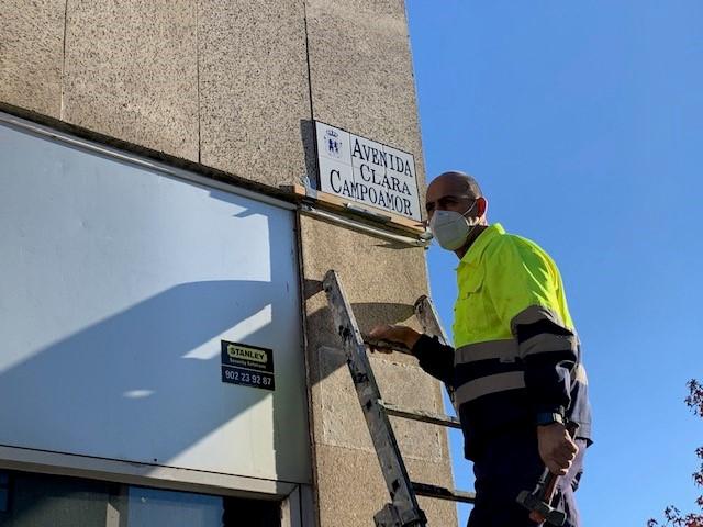 La placa con el nombre de Avenida Clara Campoamor luce desde esta mañana en el Edificio Múltiples