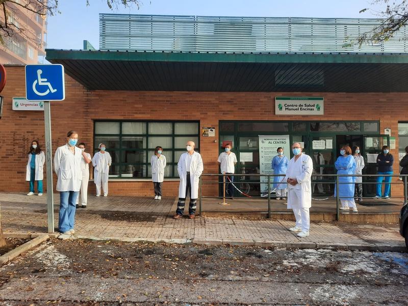 Sanitarios cacereños protestan por el Real Decreto que permitirá trabajar a médicos sin tener la especialidad