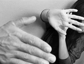 Condenado a tres años y medio por maltratar a su pareja delante de los hijos menores que tienen en común