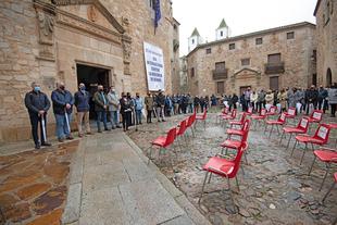 Cuarenta sillas vacías recuerdan en la Plaza de Santa María de Cáceres a las mujeres asesinadas a manos de sus parejas