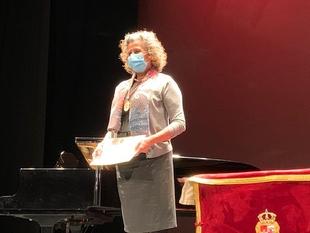 Cristina Blasco, enfermera jubilada, recibe la Medalla de Cáceres en nombre de todos los que han luchado en primera fila contra la Covid