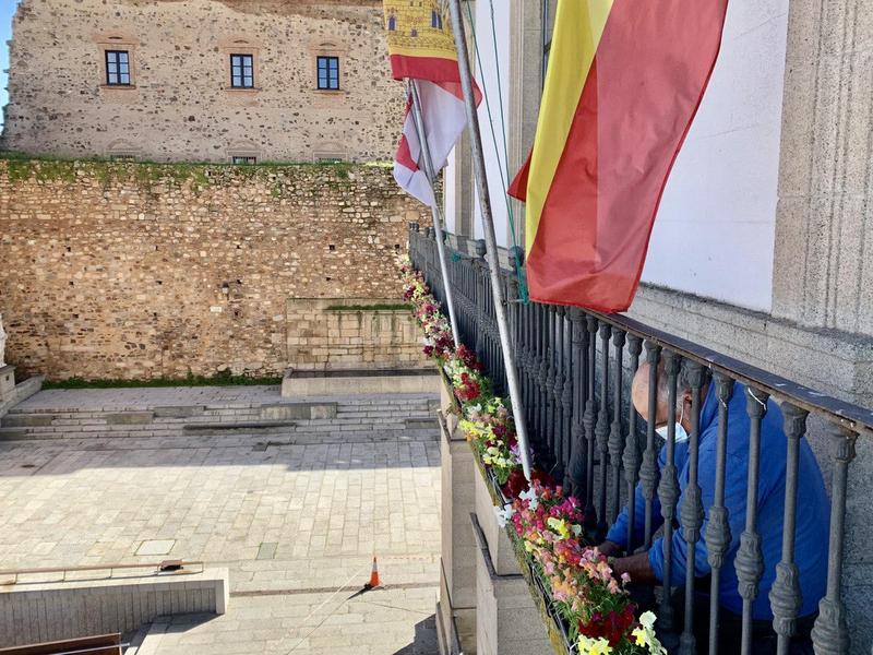 El ayuntamiento adorna su fachada con flores de temporada y anima a los particulares con inmuebles en la Plaza Mayor a hacer lo mismo con sus balcones