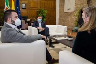Vara se compromete con el alcalde de Cáceres y la 'Plataforma Salvemos la Montaña' a garantizar un proceso limpio