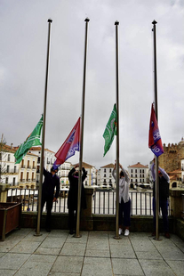 Las banderas del CP Cacereño y el CD Diocesano han sido izadas esta mañana y lucen desde hoy en la fachada consistorial