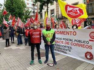 Medio centenar de delegados sindicales de Correos se manifiestan por el