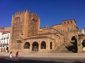 Los turistas valoran de Cáceres que aúne patrimonio, gastronomía y arte, pero lamentan sus malas comunicaciones