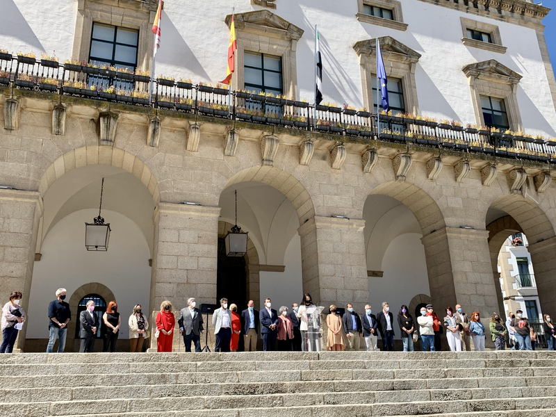 Minuto de silencio en el Ayuntamiento de Cáceres en repulsa por los asesinatos de mujeres víctimas de la violencia machista en este mes de mayo