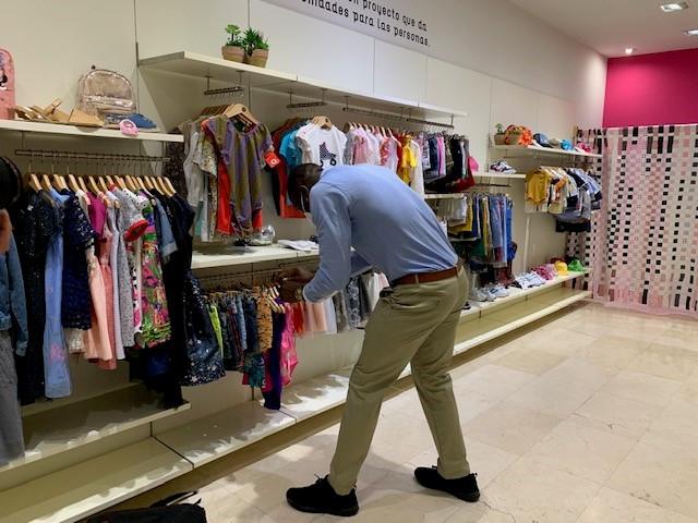 Cáritas de Cáceres abre una tienda de ropa de segunda mano y de excedentes de firmas y da trabajo a cinco personas