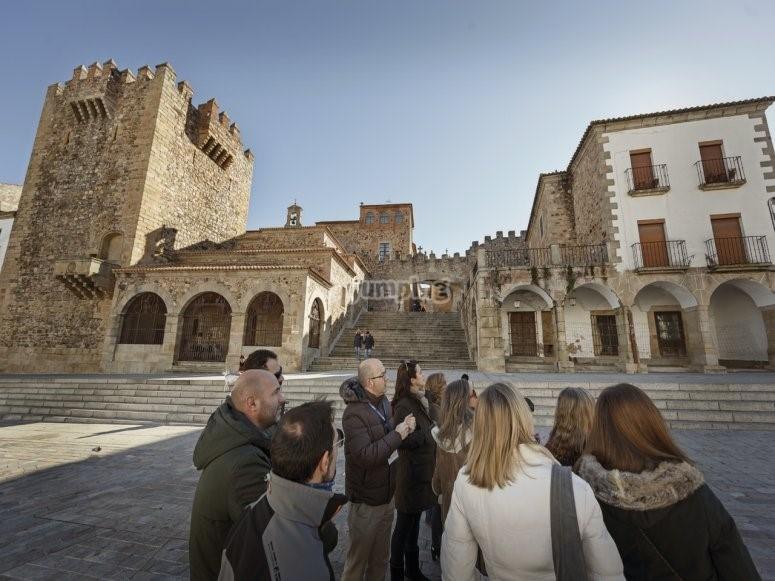 La II edición de las Rutas Innovadoras de Cáceres permitirán conocer patios singulares, una ZEPA en la ciudad monumental o la ruta de los escudos