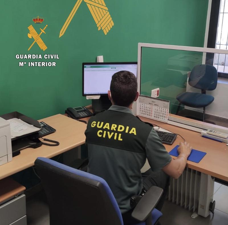 La Guardia Civil de Cáceres detiene a un gestor de seguros de Almoharín por delitos de falsificación y estafa