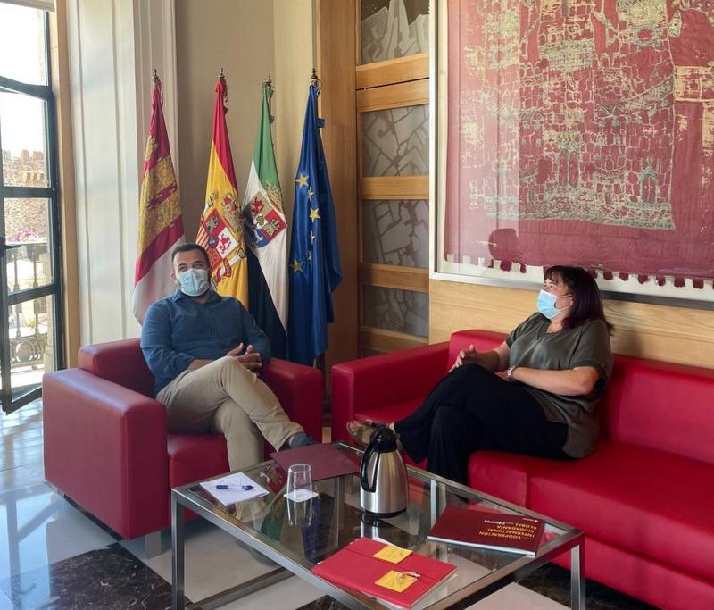 El Ayuntamiento y la Junta intentarán acabar con la presencia de jabalíes en la ciudad con la ayuda de una empresa especializada y Fedexcaza