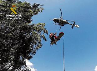 El equipo de Montaña de la Guardia Civil rescata a una senderista accidentada en la Sierra de Gredos con la ayuda de un helicóptero