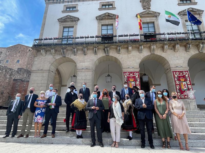 Salaya recuerda a los fallecidos por Covid y a los profesionales sanitarios en la declaración institucional por el Día de Extremadura