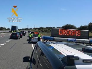 La Guardia Civil investiga a un joven que se dio a la fuga en un control de alcohol y drogas conduciendo en sentido contrario en varias rotondas